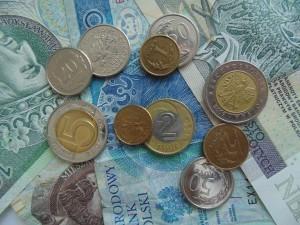 angerissener geldschein tauscht die bank um